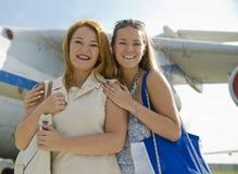 Duas mulheres encontradas no aeroporto após a viagem Fotos de Stock Royalty Free
