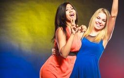 Duas mulheres engraçadas nos vestidos Imagem de Stock Royalty Free