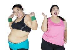 Duas mulheres excessos de peso são sucesso ao peso da perda Imagens de Stock Royalty Free