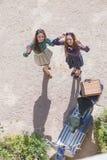 Duas mulheres felizes aproximam o velomotor do vintage Imagem de Stock