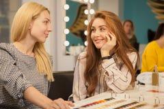 Duas mulheres felizes que apreciam o dia no cabeleireiro foto de stock royalty free