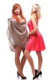 Duas mulheres gengibre e blonde nos vestidos no branco Fotografia de Stock