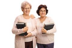Duas mulheres idosas felizes com livros fotos de stock royalty free