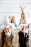 Duas mulheres impressionantes que falam em telefones com seu cabelo que cai Imagens de Stock Royalty Free