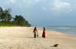 Duas mulheres indianas no sari brilhante na praia de Goa Imagem de Stock