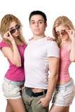 Duas mulheres louras bonitas com o homem novo considerável Fotografia de Stock