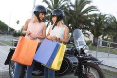 Duas mulheres louras da irmã feliz na bicicleta do side-car foto de stock royalty free