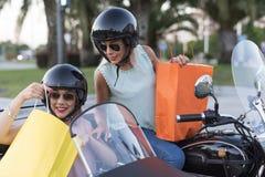 Duas mulheres louras da irmã feliz no side-car imagens de stock royalty free