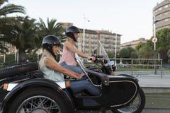 Duas mulheres louras da irmã feliz no side-car fotografia de stock royalty free