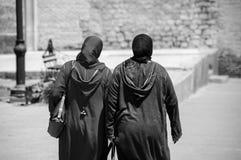 Duas mulheres marroquinas que vestem o dkellaba em C4marraquexe imagens de stock