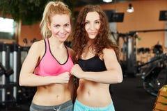Duas mulheres motivado no fitness center Fotografia de Stock