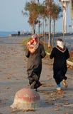 Duas mulheres muçulmanas que movimentam-se Imagem de Stock Royalty Free