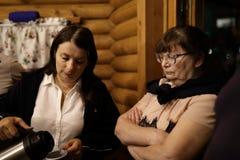 Duas mulheres na cabana de madeira foto de stock royalty free