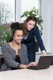 Duas mulheres na frente de um caderno Fotografia de Stock
