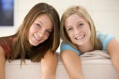 Duas mulheres na sala de visitas fotos de stock royalty free