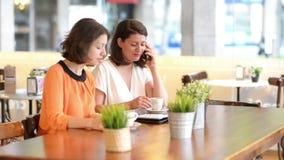 Duas mulheres no café da manhã do serviço da barra vídeos de arquivo
