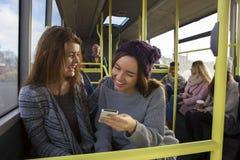 Duas mulheres no ônibus imagem de stock