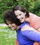 Duas mulheres no parque fotos de stock royalty free