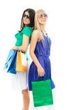Duas mulheres novas bonitas com sacos de compra Fotos de Stock