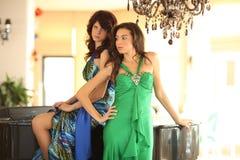 Duas mulheres novas bonitas em um piano Fotografia de Stock