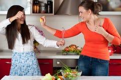 Duas mulheres novas na cozinha moderna Fotografia de Stock
