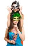 Duas mulheres novas nas máscaras fazem o sinal do hush Imagem de Stock