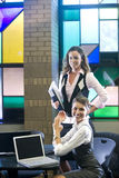 Duas mulheres novas que encontram portáteis na tabela Imagens de Stock Royalty Free