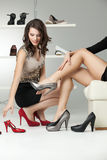 Duas mulheres novas que tentam nos saltos elevados foto de stock royalty free