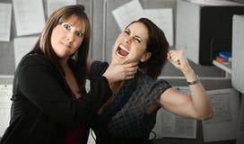 Duas mulheres Quarelling imagens de stock royalty free