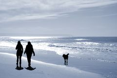 Duas mulheres que andam na praia fotos de stock royalty free
