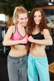 Duas mulheres que clentching seus punhos imagem de stock