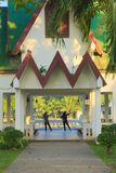 Duas mulheres que dançam em um parque tailandês, abrigo tradicional, no amanhecer foto de stock