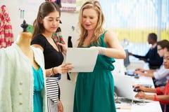 Duas mulheres que encontram-se no estúdio do projeto da forma Fotografia de Stock Royalty Free