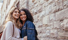 Duas mulheres que exploram a cidade junto Imagem de Stock Royalty Free