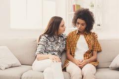 Duas mulheres que falam sobre problemas em casa imagens de stock royalty free