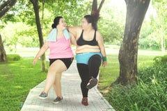 Duas mulheres que riem no parque Imagens de Stock Royalty Free