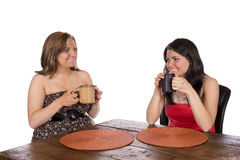 Duas mulheres que sentam-se comendo o café na tabela Fotos de Stock Royalty Free