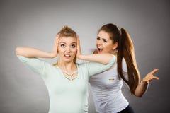 Duas mulheres que têm discutem imagem de stock royalty free
