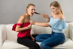 Duas mulheres que têm discutem a luta fotos de stock royalty free