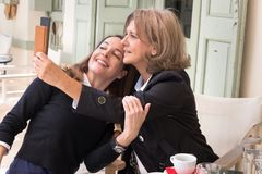 Duas mulheres que tomam um selfie Foto de Stock