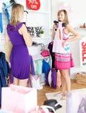 Duas mulheres radiantes que escolhem a roupa junto Fotografia de Stock Royalty Free