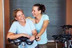Duas mulheres sorty felizes na ginástica fotografia de stock royalty free