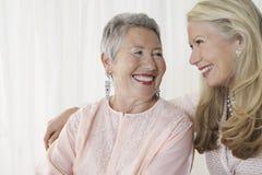 Duas mulheres superiores felizes foto de stock royalty free