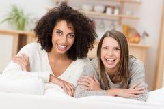 Duas mulheres vivos novas bonitas Fotografia de Stock