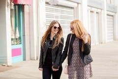 Duas namoradas do moderno que penduram para fora na cidade imagens de stock