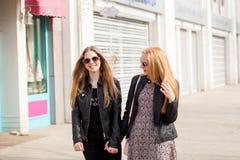 Duas namoradas do moderno que penduram para fora na cidade fotos de stock royalty free
