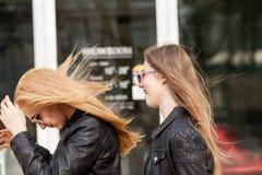Duas namoradas que penduram para fora na cidade fotos de stock