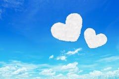 duas nuvens dadas forma coração no céu azul Fotos de Stock Royalty Free