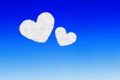 duas nuvens dadas forma coração no céu azul Fotos de Stock