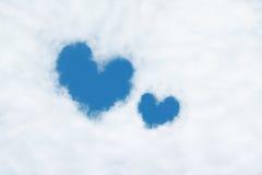 duas nuvens dadas forma coração no céu azul Fotografia de Stock Royalty Free